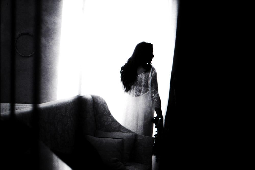 portrait d'une mariée à contre jour après les préparatifs par thomas biarneix photographe de mariage en argentique à Toulouse