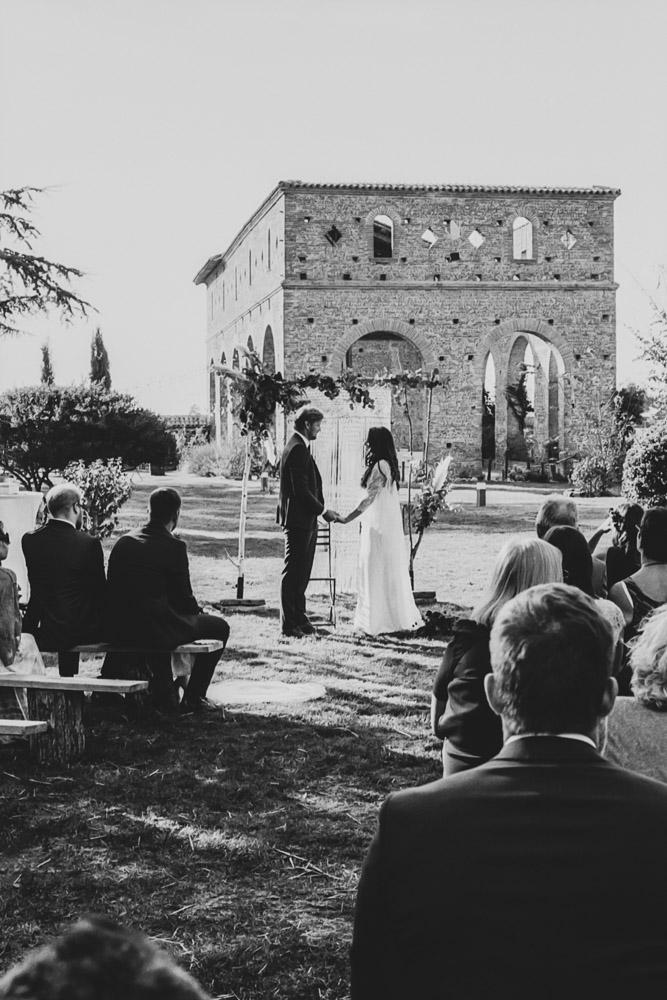 photo des mariés qui se tiennent la main pendant cérémonie laïque par thomas biarneix photographe de mariage en argentique à Toulouse