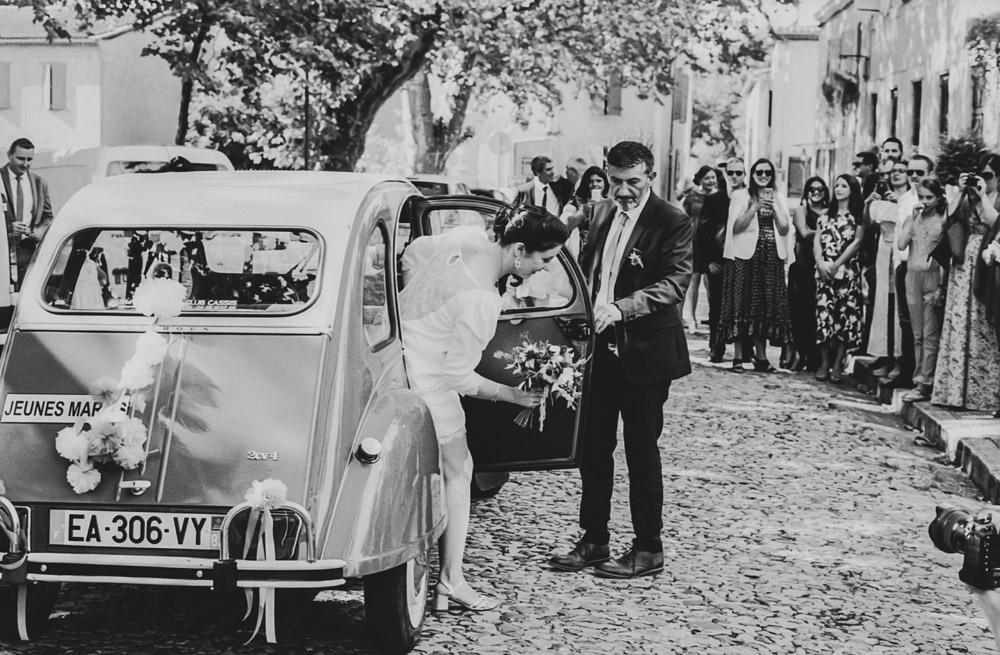 mariée qui sort de la voiture devant la mairie par thomas biarneix photographe de mariage en argentique à Toulouse
