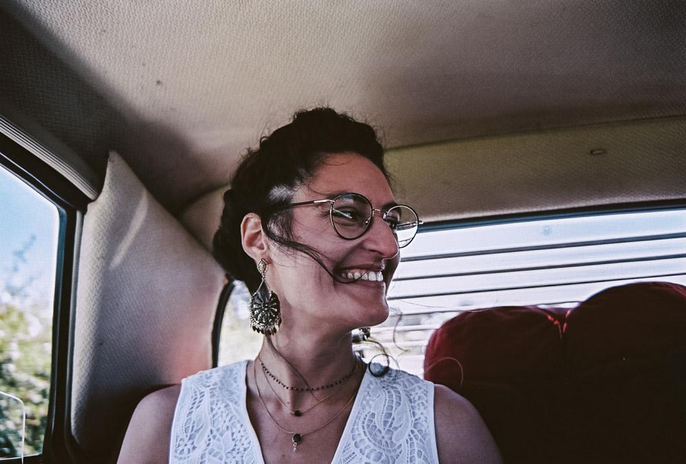photo de la mariée qui sourit dans la voiture par thomas biarneix photographe de mariage en argentique à Toulouse